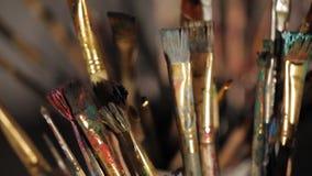 Muchos cepillos del artista en los rayos de la luz luz suave de la ventana almacen de metraje de vídeo