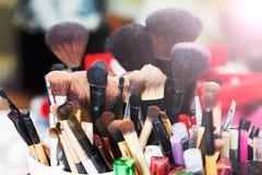 Muchos cepillos del maquillaje en equipo del maquillaje Imagen de archivo libre de regalías