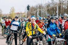 Muchos ciclistas en el cuadrado de Lenin en Homel belarus Fotografía de archivo