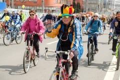 Muchos ciclistas participan en desfile de la bicicleta alrededor del centro de ciudad Foto de archivo