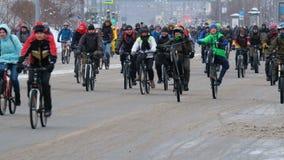 Muchos ciclistas participan en desfile de la bicicleta del invierno alrededor del centro de ciudad almacen de metraje de vídeo