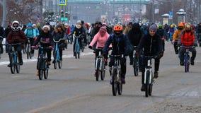 Muchos ciclistas participan en desfile de la bicicleta del invierno alrededor del centro de ciudad almacen de video