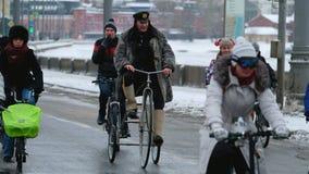 Muchos ciclistas participan en desfile de la bicicleta del invierno alrededor del centro de ciudad metrajes