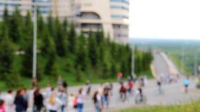 Muchos ciclistas y caminante van a lo largo del camino Colina cubierta con los árboles de la hierba verde y de la piel almacen de video