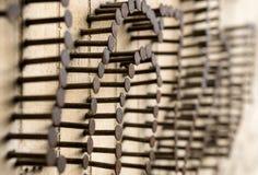 Muchos clavos clavados en la pared de madera De Sticked clavos hacia fuera Trabajo en equipo Fotos de archivo libres de regalías