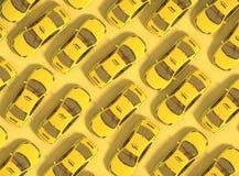 Muchos coches amarillos del taxi en un fondo amarillo se mueven irregularmente Visión superior representación 3d ilustración del vector