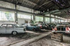 muchos coches clásicos olvidados viejos Foto de archivo libre de regalías