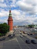 Muchos coches conducen a lo largo del río de Moscú, por las paredes de Moscú el Kremlin Foto de archivo
