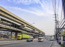Muchos coches en los carriles del camino y del cielo en el camino de Kanchanaphisek, puerta del oeste central, Nonthaburi en Tail imagen de archivo