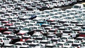 Muchos coches en una yarda de la representación en un puerto en la reunión, esperando para conseguir con aduanas imagen de archivo