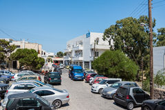 Muchos coches parquearon en el estacionamiento caótico de la ciudad de Thira en la isla de Santorini Imágenes de archivo libres de regalías