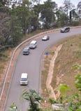 Muchos coches que corren en el camino del campo Foto de archivo libre de regalías
