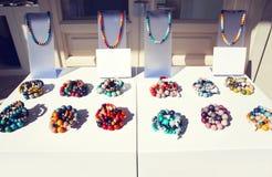 Muchos collares de cerámica, accesorios femeninos en la tabla Imagen de archivo libre de regalías