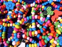 Muchos collares y pulseras coloridos Imagen de archivo