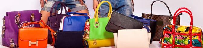 Muchos colorean bolsos de las mujeres en blanco Imagen de archivo