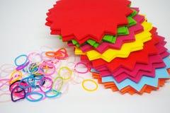 Muchos colorean las notas de papel con el corte del diseño y la goma fotos de archivo libres de regalías
