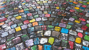 Muchos colorearon el pavimento pintado de la piedra del adoquín adentro después de lluvia Foto de archivo