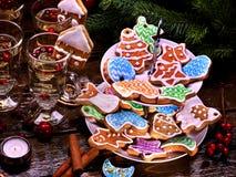 Muchos colorearon las galletas esmaltadas en con gradas, galleta, soporte Fotos de archivo libres de regalías