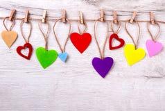 Muchos corazones coloridos en cuerda Fotos de archivo