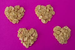 Muchos corazones de los copos de maíz en un fondo rojo fotografía de archivo