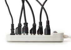 Muchos cordones eléctricos conectados con una tira del poder Imagenes de archivo