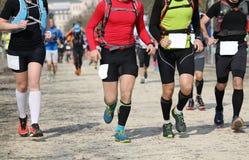 Muchos corredores durante una raza al aire libre imagen de archivo libre de regalías