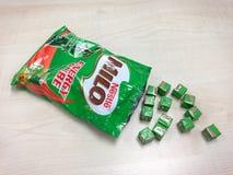 Muchos cubos minúsculos de Nestle Milo Energy Cube Foto de archivo
