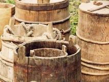 Muchos cubos y barriles de madera viejos tomados el primer Imagen de archivo libre de regalías