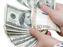 Muchos dólares que caen en la mano del hombre con el dinero Fotografía de archivo libre de regalías