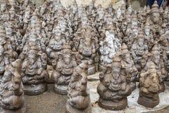 Muchos dan las estatuas hechas a mano del ídolo de Ganesha exhibidas en el mercado durante Ganesh Festival Imágenes de archivo libres de regalías