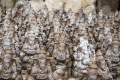 Muchos dan las estatuas hechas a mano del ídolo de Ganesha exhibidas en el mercado durante Ganesh Festival Foto de archivo libre de regalías