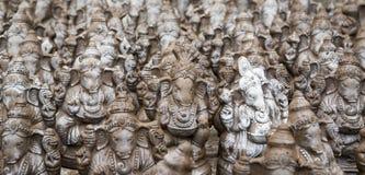 Muchos dan las estatuas hechas a mano del ídolo de Ganesha exhibidas en el mercado durante Ganesh Festival Foto de archivo