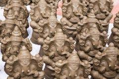 Muchos dan las estatuas hechas a mano del ídolo de Ganesha exhibidas en el mercado durante Ganesh Festival Fotografía de archivo