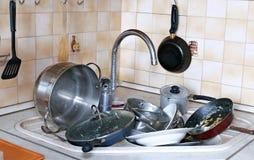Muchos de platos sucios en el fregadero Foto de archivo libre de regalías