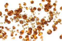 Muchos diamantes artificiales dispersados En un fondo blanco Fotos de archivo