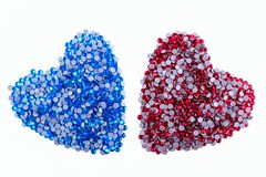 Muchos diamantes artificiales rojos y azules hechos en la forma de un corazón en un fondo blanco Visión superior Fotografía de archivo