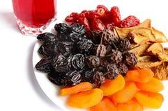 Muchos diversos albaricoques secados secados de las frutas, manzanas, peras, pasas en una placa blanca Imagenes de archivo