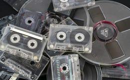 Muchos diversos casetes audios y cintas de audio en carretes imagen de archivo