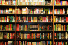 Muchos diversos libros en los estantes para libros de madera fotografía de archivo libre de regalías