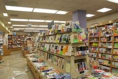 Muchos diversos libros en los estantes para libros de madera fotos de archivo libres de regalías