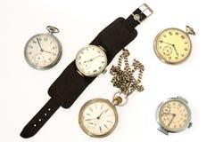 Muchos diversos relojes viejos. Foto de archivo libre de regalías