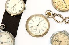 Muchos diversos relojes viejos. Imagen de archivo