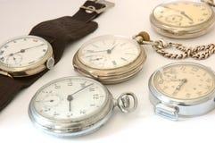 Muchos diversos relojes viejos. Foto de archivo