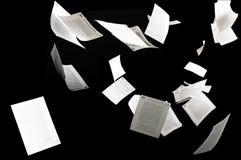Muchos documentos de negocio que vuelan aislados en fondo negro imágenes de archivo libres de regalías