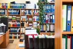Muchos documentos de papel arreglaron con las carpetas coloridas del fichero, centro de datos Fotos de archivo