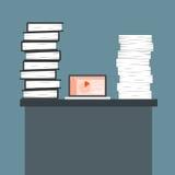 Muchos documentos papel y ordenador portátil en los escritorios Concepto del negocio en el Wo Imagen de archivo libre de regalías