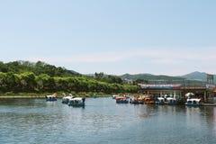 Muchos duck el barco en el parque de la orilla de Gongjicheon, Corea Fotografía de archivo