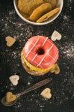 Muchos dulces en la tabla imagen de archivo