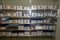 Muchos envases con los instrumentos quirúrgicos se almacenan en estantes fotos de archivo libres de regalías
