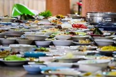 Muchos envases de comida se han colocado para comer fotografía de archivo libre de regalías